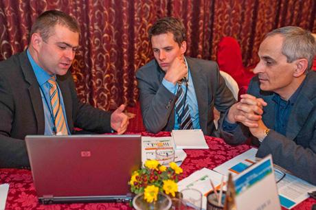 Ing. Václav Král (první zleva) v rámi individuálních konzultací představuje zájemcům o CNG jeho výhody, plnicí technologie a dostupnost vozidel
